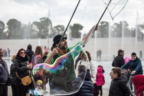 bubble parade το ΚΠΙΣΝ SNFCC παράσταση με σαπουνόφουσκες