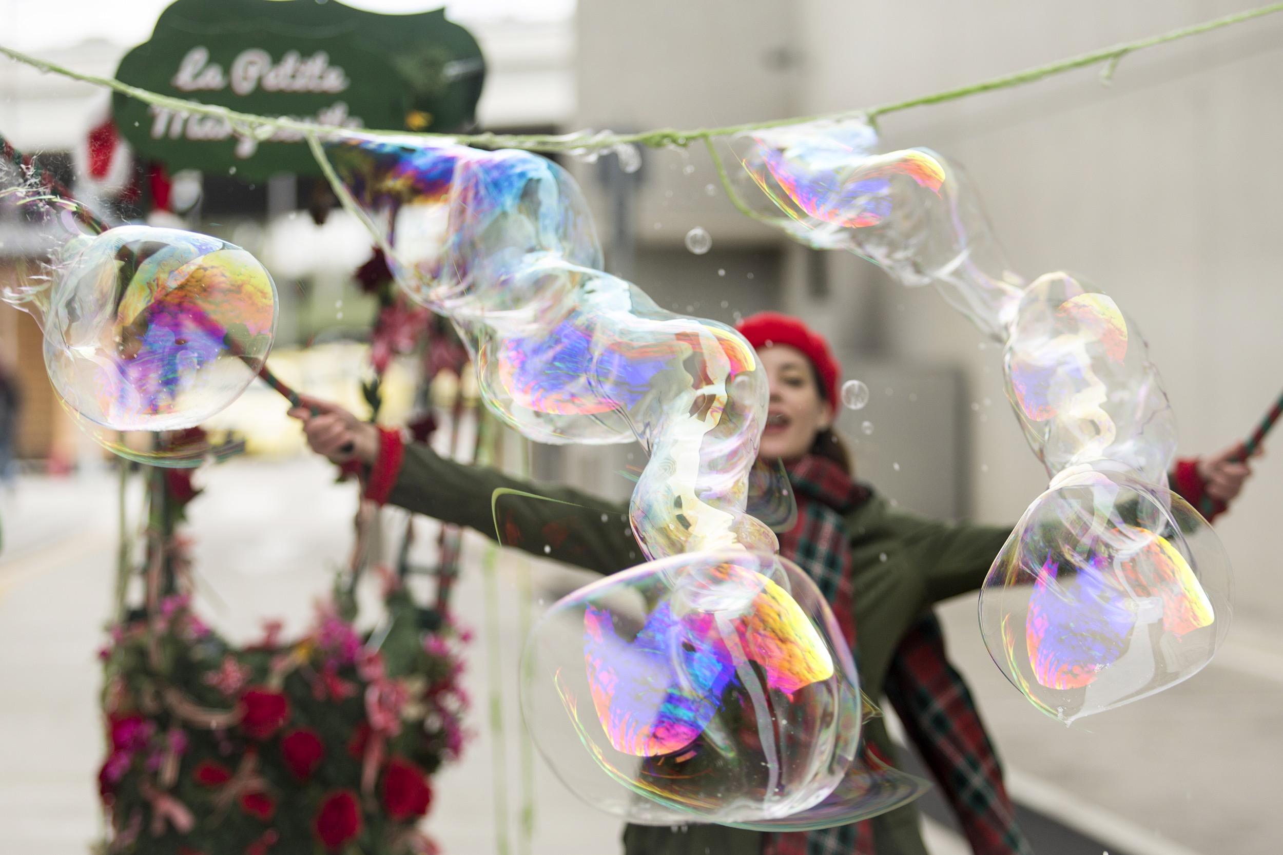 bubble parade στο κεντρο πολιτισμού ίδρυμα σταύρος νιάρχος